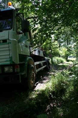 En lastbil i diket stänger effektivt till vägen